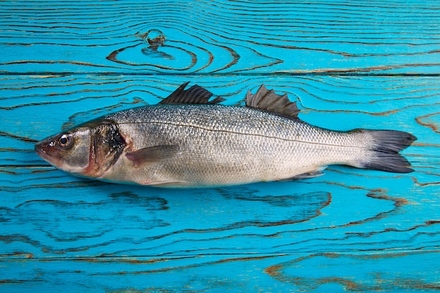 Frischer fisch des seebarschs auf aquaholz