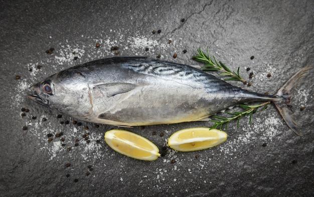 Frischer fisch mit kräutern würzt rosmarin und zitrone