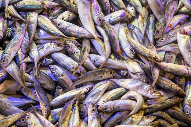 Frischer fisch zum verkauf auf dem türkischen markt in antalya in der türkei