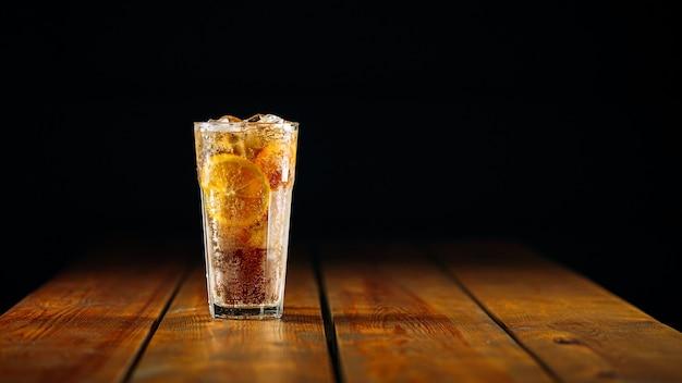 Frischer fizz long island eistee cocktail in einem glas auf dem holztisch