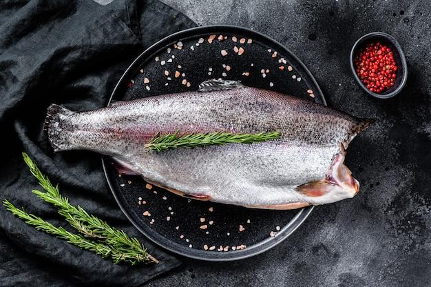 Frischer forellenfisch mit salz und rosmarin.