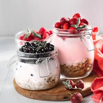 Frischer fruchtjoghurt mit himbeeren, blaubeeren und erdbeeren