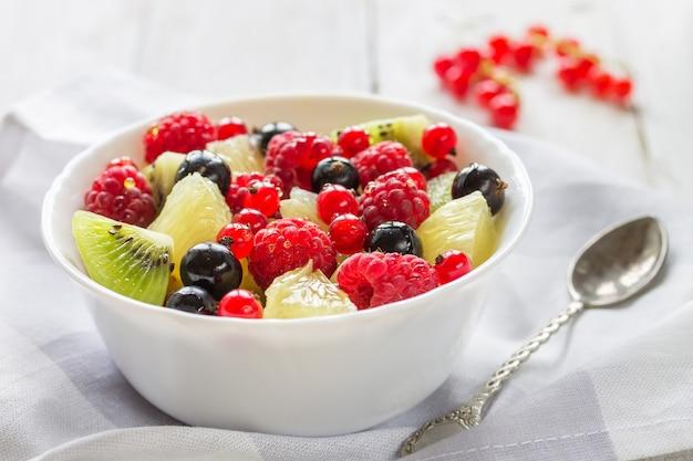 Frischer fruchtsalat. helles foto. makro.
