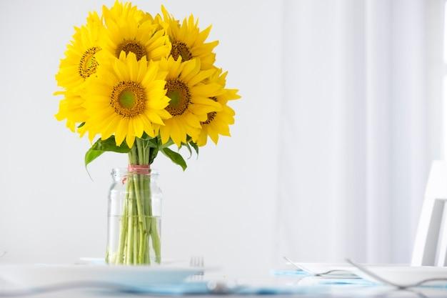 Frischer gänseblümchen-sonnenblumenstrauß grußkarte mit kopienraum frühlingsferien muttertag