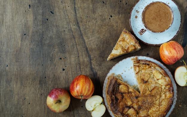 Frischer gebackener köstlicher klassischer amerikanischer apfelkuchen. draufsicht hintergrund