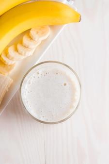 Frischer gemachter bananen-smoothie oder milchshake