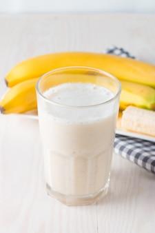 Frischer gemachter bananen-smoothie