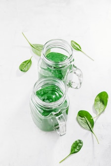 Frischer gemachter grüner smoothie in der flasche