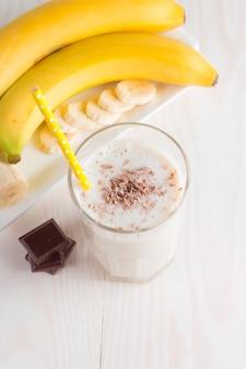 Frischer gemachter schokoladen-bananen-smoothie