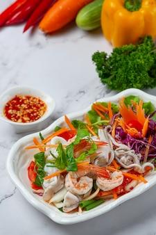Frischer gemischter meeresfrüchtesalat, scharfes und thailändisches essen.