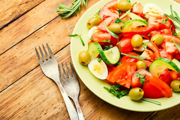 Frischer gemüsesalat aus tomaten, gurken, oliven und eiern.diätsalat