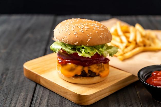 Frischer geschmackvoller rindfleischburger mit käse und ketschup