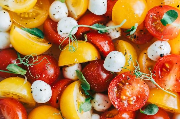Frischer gesunder salat mit cherrytomaten, mozzarella und olivenöl