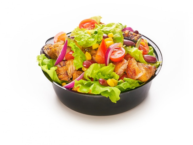 Frischer gesunder salat mit huhn, kirschtomaten, roten zwiebeln, salat, zuckermais und bohnen, fast-food-lieferkonzept nehmen plastikschüssel oder -behälter weg, gesunde ernährung, diät