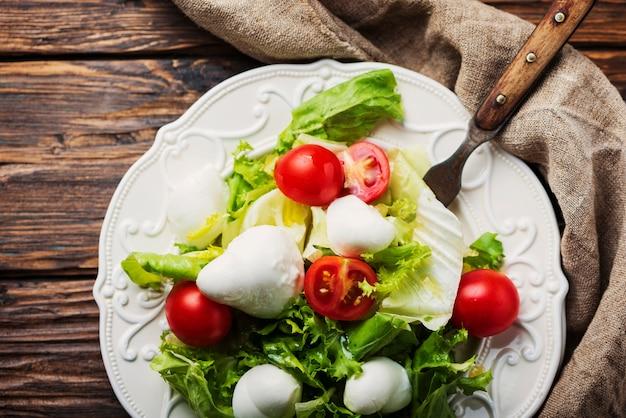 Frischer gesunder salat mit mozzarella und tomate, selektiver fokus