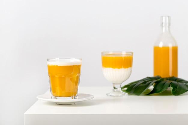 Frischer gesunder smoothie der vorderansicht