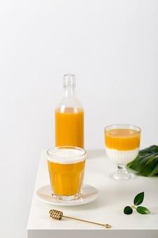 Frischer gesunder smoothie mit hohem winkel