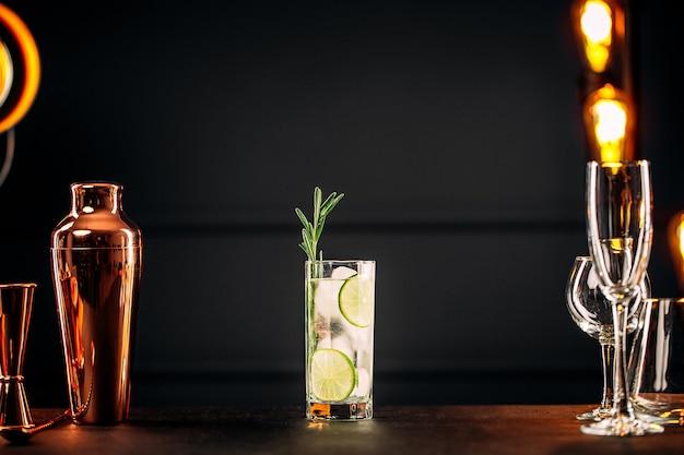 Frischer gin tonic cocktail mit rosmarin und limette