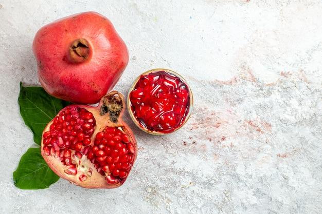 Frischer granatapfel der draufsicht auf weißem raum