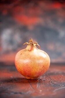 Frischer granatapfel der vorderansicht auf freiem platz des lokalisierten hintergrundes