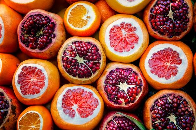 Frischer granatapfel und orangen am großartigen basar, istanbul.