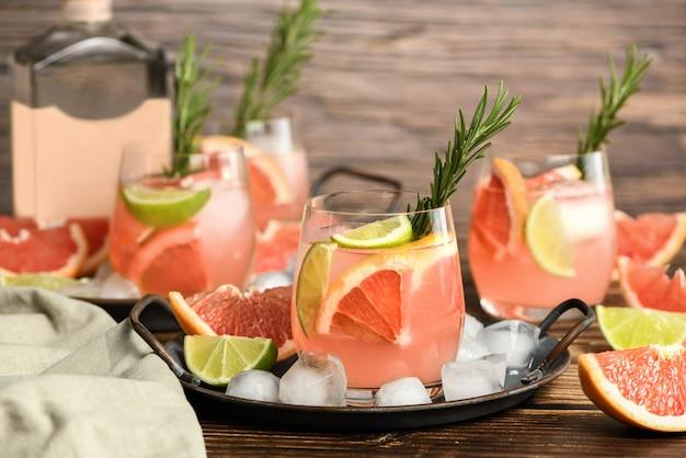 Frischer grapefruit-limetten-cocktail