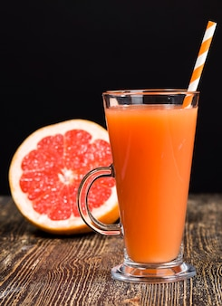 Frischer grapefruitsaft aus saftigen roten grapefruits