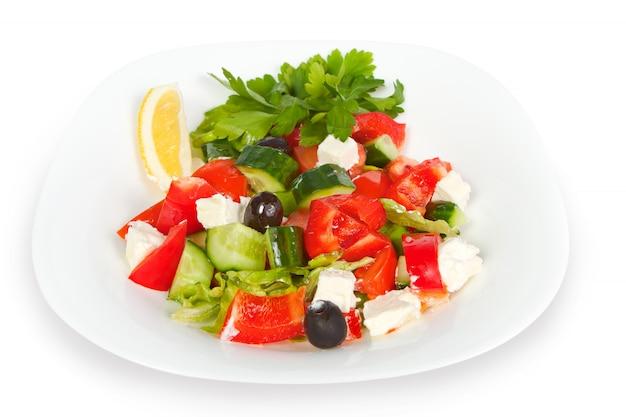Frischer griechischer salat in der weißen schüssel