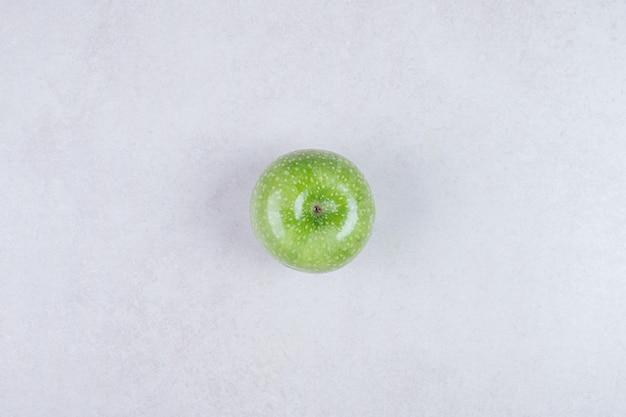 Frischer grüner apfel auf weißem hintergrund.