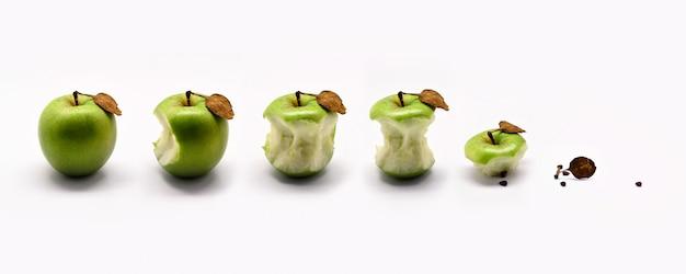 Frischer grüner apfel und essen des grünen apfels lokalisiert auf weißem hintergrund.