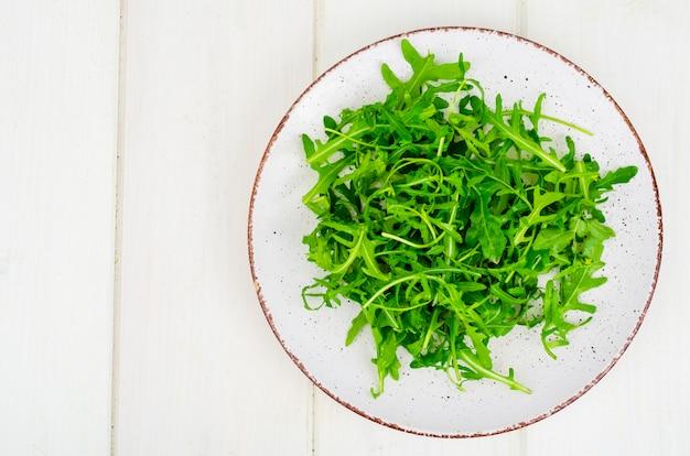 Frischer grüner arugula auf platte