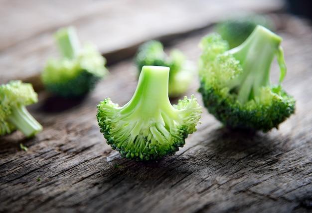 Frischer grüner brokkoli auf hölzernem
