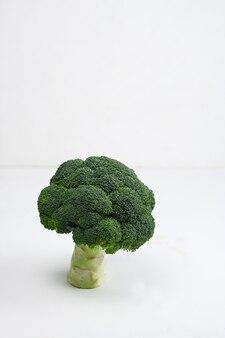 Frischer grüner brokkoli auf weißem holztisch.