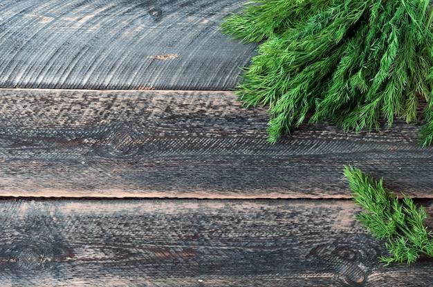 Frischer grüner dill auf altem hölzernem hintergrund