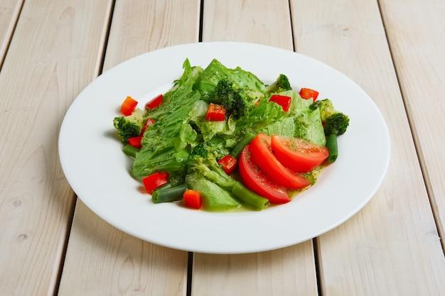 Frischer grüner frühlingssalat, bohnen, tomate und brokkoli
