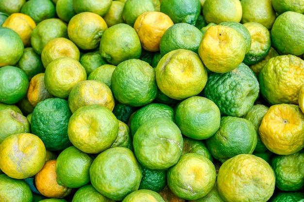 Frischer grüner orangenstrauß