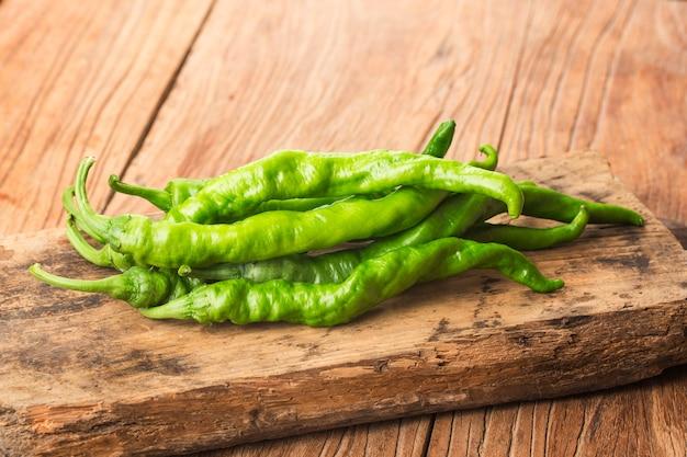 Frischer grüner paprika auf dem brett