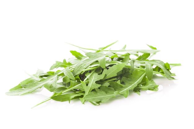 Frischer grüner rucola-haufen isoliert auf weiß