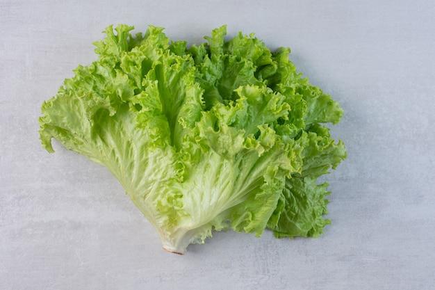 Frischer grüner salat auf marmorhintergrund. hochwertiges foto