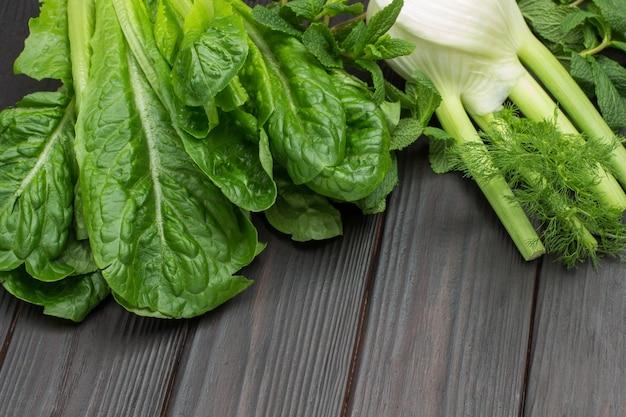 Frischer grüner salat hinterlässt romaine und fenchel.