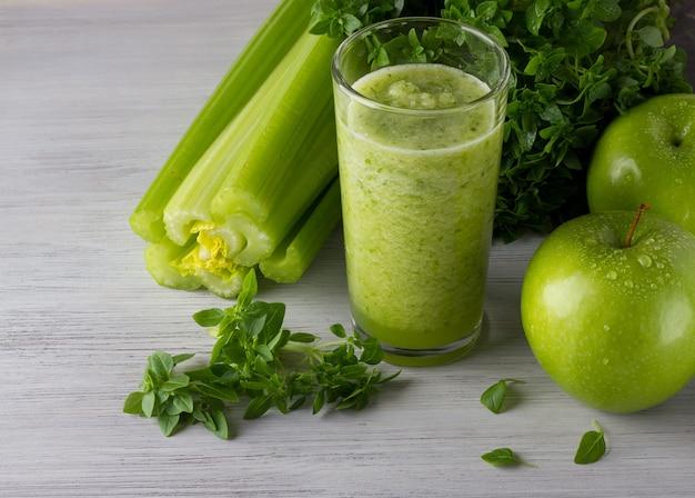 Frischer grüner smoothie mit apfel, basilikum, sellerie