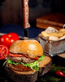 Frischer hamburger auf holzbrett