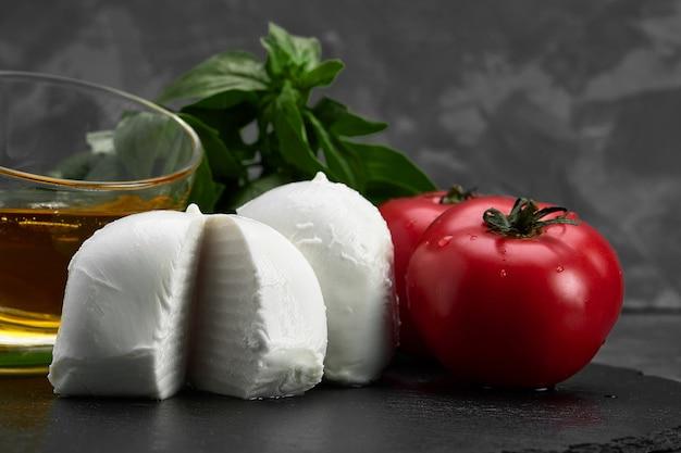 Frischer handgemachter italienischer weichkäse aus kampanien, weiße kugeln aus büffelmozzarella-käse aus kuhmilch, essfertig aus der nähe
