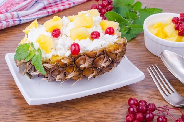 Frischer hausgemachter hüttenkäse mit roten beeren und ananas