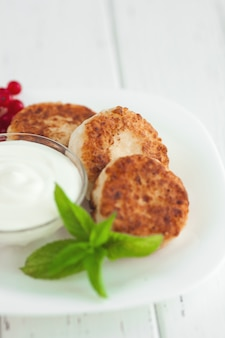 Frischer hausgemachter käsepfannkuchen. leckeres gesundes frühstück. kalorienarmer nachtisch.
