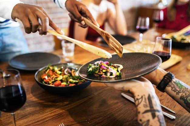 Frischer hausgemachter salat nach familienart