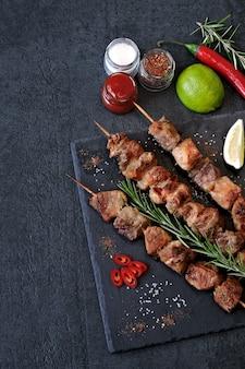 Frischer heißer kebab mit rosmarin, kalk und paprika
