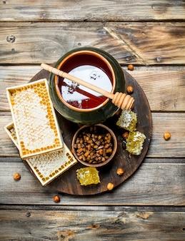 Frischer honig auf dem brett. auf einem holz.