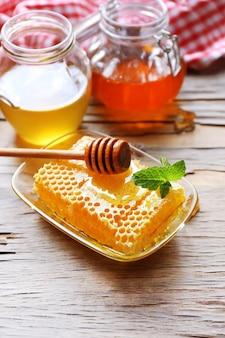 Frischer honig auf holztisch