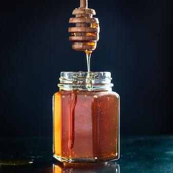 Frischer honig süße leckerei gießen oder dessert mahlzeit auf dem tisch kochen